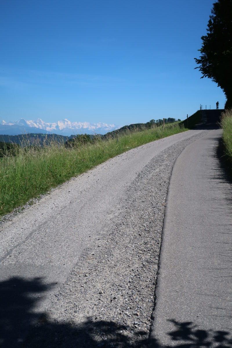 Die Gurtenstrasse soll vollflächig asphaltiert werden. Foto: Hansueli Pestalozzi